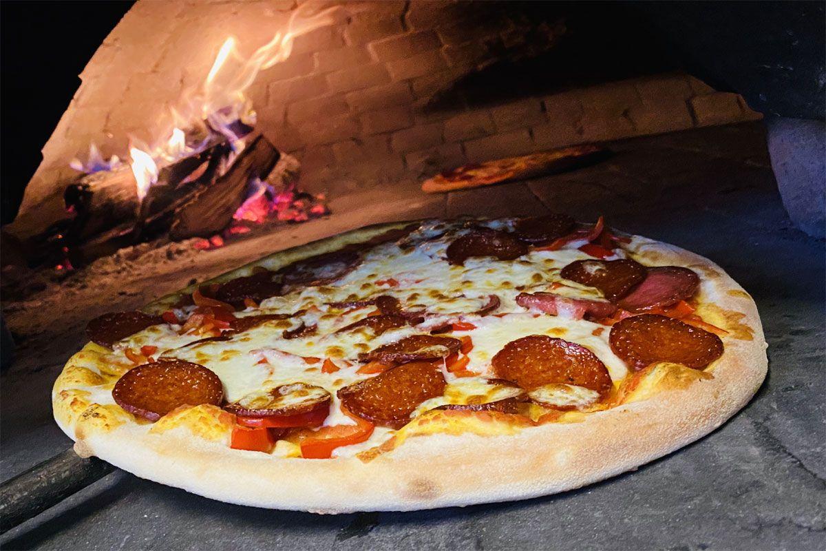pizza la cuptor de lemne